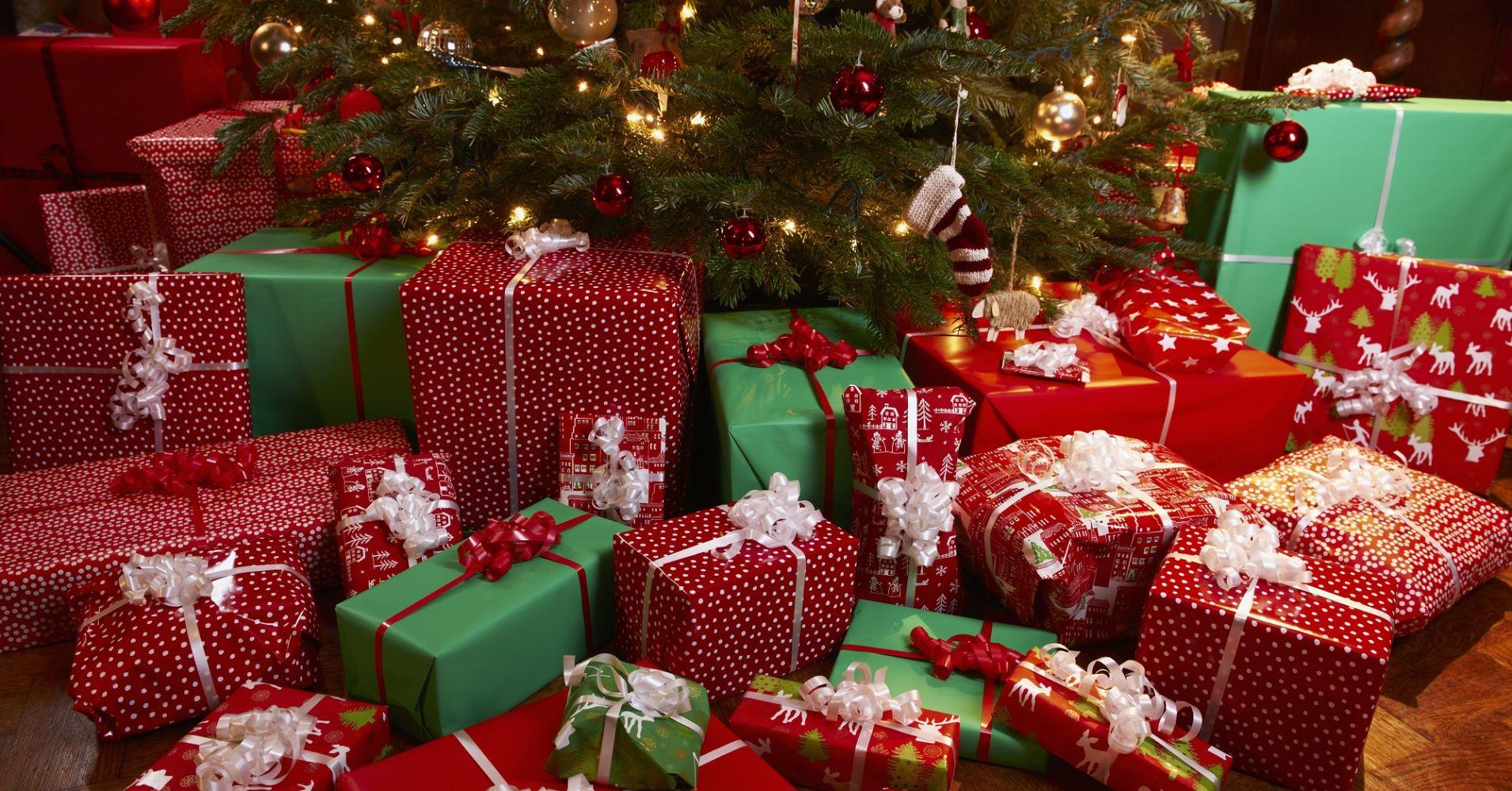 104878340-Christmas_tree_presents.1910×1000