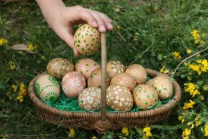 easter-eggs-in-a-basket–538133314-5a4c14a7ec2f6400377a8ab9